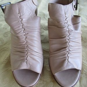 Awesome BEIGE LEATHER Ladies Shoes B Makowsky 5M